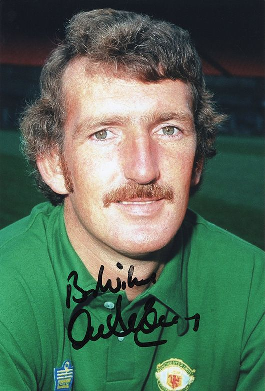 Alex Stepney, Manchester Utd legend, signed 12x8 inch photo.